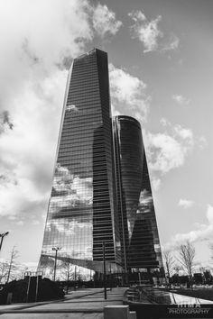 Las Cuatro torres Business Area del Sr Florentino son simplemente impresionantes. Imponen cuando estas desde lejos pero aún son más espectaculares cuando las ves desde abajo. Hoy he tenido oportunidad de verlas de cerca (aún no había ido) después de una grabación de un evento que cubría Lunatic visual Studio.