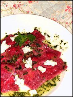 Raviolis de remolacha rellenos de ricotta, queso de cabra y menta