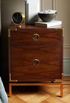 lovely walnut nightstand http://rstyle.me/n/s2zavr9te