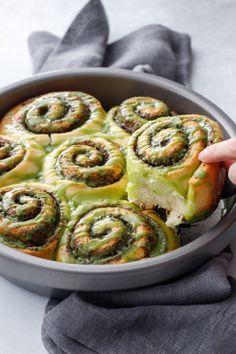 Black Sesame Cinnamon Rolls with Matcha Glaze - Delicious Recipes Easy Holiday Recipes, Healthy Dinner Recipes, Breakfast Recipes, Dessert Recipes, Breakfast Ideas, Delicious Recipes, Budget Meals For A Week, Donuts, Green Tea Recipes