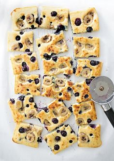 We took our favorite banana blueberry recipe and made it in a sheet pan (less mess saves time and feeds a crowd for breakfast or brunch) Easy kids breakfast. Breakfast And Brunch, Breakfast For Kids, Banana Breakfast Recipes, Second Breakfast, Breakfast Meals, Healthy Breakfasts, Baby Food Recipes, Cooking Recipes, Pan Cooking