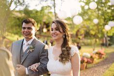 Mari e Edu se casaram com uma linda cerimônia realizada pela Marina Bastos do @amoremcontoscerimonias.  Ela é uma contadora de histórias que realiza casamentos personalizados e emociona a todos valorizando cada momento vivido pelo casal. A gente AMA! . Veja mais no instagram  @amoremcontoscerimonias . Contato  casei@amoremcontos.com.br ou no whatsapp (11) 99140-6181 . Eles atendem em todo Brasil!