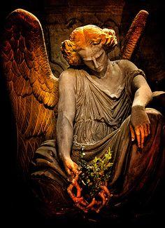 Angel Statue (Les Lauriers) by Tiquetonne2067, via Flickr
