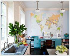 Mapas de gran tamaño colgados en paredes