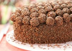 good memories of Brigadeiro Cake Love Chocolate, Chocolate Desserts, Fun Desserts, Delicious Desserts, Dessert Recipes, Yummy Food, Love Candy, Best Candy, Brigadeiro Cake