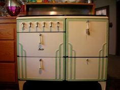 Art Deco design found its way into kitchen appliances we now call vintage. This is a 1932 Magic Chef stove posted by Don Ree. His grandmother cooked on it and it still works. The paint is original. Notice the pulls for the doors/drawers. It is a beauty. Kitchen Retro, Art Deco Kitchen, Diner Kitchen, Plywood Furniture, Art Deco Furniture, Antique Furniture, Country Furniture, Art Deco Home, Home And Deco