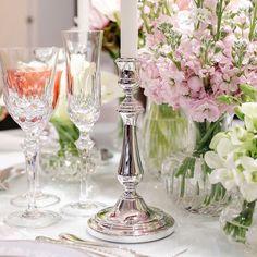Castiçal em prata Christofle, vasos e taças strauss. Tudo by @presentes_mickey  Flores mais lindas e delicadas por @marciosleme e @milplantas