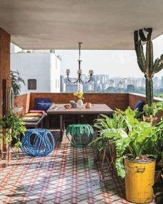 #olhomagicocj #gabrielvaldivieso Este varandão delicioso, debruçado sobre o bairro do Jardim Europa, em São Paulo, tem uma mesa projetada em peroba de demolição que, aos finais de semana, recebe amigos e familiares para almoços calmos e demorados. O piso com desenho inspirado em palha indiana é do designer Marcelo Rosenbaum. @vaaldivieso @mrosenbaum #design #arquitetura #designdeinteriores #decoração #varanda #apartamento