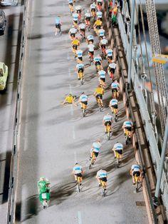 Das Feld des Radrennens hat die Köhlbrandbrücke erreicht. Der Sturz des Fahrradfahrers ist gerade noch einmal glimpflich ausgegangen, doch die folgenden Fahrer müssen schnell reagieren um ausweichen zu können.