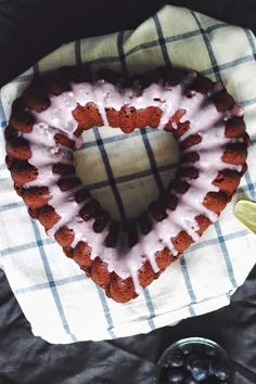 SiMS | LABiM: SCHOKOLADEN-KOKOS-GUGELHOPF MiT HEiDELBEER-TOPPiNG. ODER: HAPPY MOTHER'S DAY. Sims, Sweet, Desserts, Blog, Bakeware, Schokolade, Bakken, Candy, Tailgate Desserts