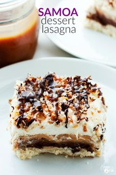 Samoa Dessert Lasagna is a layered dessert that's inspired by the beloved Samoa cookie! It starts with a coconut shortbread, then layers of creamy chocolate cream cheese, caramel pudding, whipped cream, are added. Finally it's No Bake Desserts, Just Desserts, Delicious Desserts, Dessert Recipes, Yummy Food, Dessert Ideas, Yummy Recipes, Bbq Desserts, Cold Desserts