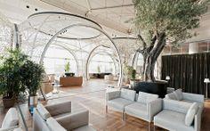 Turkish Airlines CIP Lounge_Forse è uno dei progetti più emblematici degli Autoban, la Lounge della compagnia aerea di bandiera: esprime tutta l'anima melting pot dei designer attenti a conciliare l'anima estetica turca con le esigenze più contemporanee. Le sfere riprendono la tradizione architettonica ad arcate e sono utilizzate per dividere e creare spazi