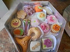 gateaux algeriens ..algerian swees French Macaroon Recipes, French Macaroons, Donut Recipes, Cake Recipes, Eid Cake, Food Network Recipes, Cooking Recipes, Famous Desserts, Algerian Recipes