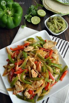 Aprende a preparar las deliciosas pero fáciles fajitas de pollo con esta receta paso a paso. Llenas de sabor, sirve con guacamole, tortillas, salsa y jugo de limón.