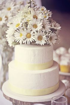 Bouquet of daises as the wedding cake topper