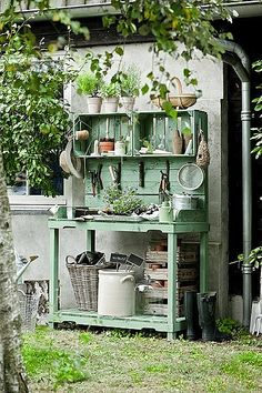 Shed DIY - O charme dos caixotes de feira no jardim Now You Can Build ANY Shed In A Weekend Even If You've Zero Woodworking Experience! Pallet Garden Benches, Pallet Potting Bench, Potting Tables, Greenhouse Benches, Pallet Gardening, Outdoor Benches, Outdoor Pallet, Diy Greenhouse, Gardening Tools