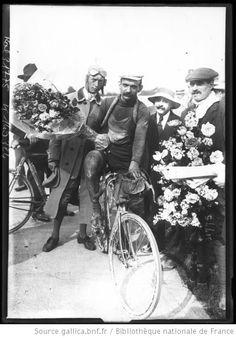 27-7-13, Tour de France, Garrigou deuxième [entouré de spectateurs à l'arrivée] : [photographie de presse] / [Agence Rol] - 1