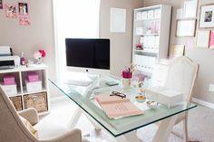 Home Office bem feminino, mesa de vidro aparador e estante para organizar - 5 Dicas para Montar seu Home Office. www.thyaraporto.com