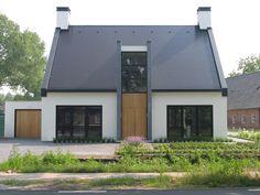 modern landelijke woning | witte villa met doorgestoken kopgevels en een strak vormgegeven entreepartij