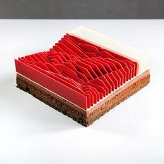 La pâtissière Dinara Kasko est devenue célèbre grâce à ses gâteaux artistiques et géométriques. Elle utilise ses compétences acquises à l'époque où elle ét