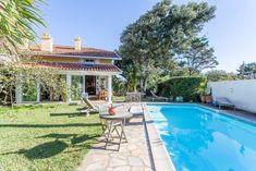Biarritz Milady, à 2 pas de la plage et à quelques minutes du Golf d'Ilbarritz, maison d'environ 140 m² sans vis-à-vis avec piscine chauffée. Séjour avec cheminée, véranda ouvrant sur un ravissant jardin exposé sud. Appartement indépendant offrant un bel aperçu mer. Garage.