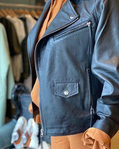 Den perfekte skinnjakken er en sikker vinner  Lett å kombinere til mye tråkkinn.no / @leveteroom / @arniesays Bradley Mountain, Backpacks, Bags, Fashion, Handbags, Moda, Fashion Styles, Backpack, Fashion Illustrations