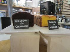 Bizcocho de chocolate y bizcocho de naranja en el bar Aitzgorri de San Sebastián-Donostia.  Perfectos para tus desayunos. #bares #gros# bizcochos #desayunos #donostia
