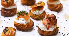 Petits-choux, franska små tilltugg, med lyxig fyllning på smetana, hummerkött och löjrom. Perfekt till nyårsfirandet eller som drinktilltugg på festen. Dessutom kan du baka petitx-chouxerna i förväg.