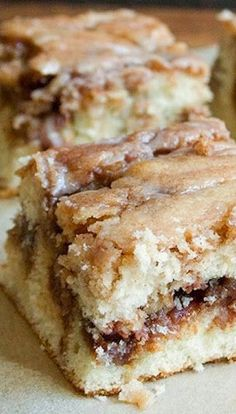 Cinnamon Roll Cake - Its not only made from scratch but so ridiculously easy to make! Everything comes together so quickly and no special equipment is needed. The base is a delicious yellow butter cake with a perfect moist and delicate crumb. Melts in yo Food Cakes, 13 Desserts, Dessert Recipes, Plated Desserts, Appetizer Recipes, Kolaci I Torte, Cinnamon Rolls, Cinnamon Cake, Cinnamon Recipes