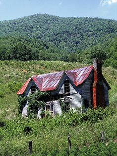 Abandoned Farm Houses, Old Abandoned Buildings, Abandoned Property, Old Farm Houses, Old Buildings, Abandoned Places, Old Mansions, Abandoned Mansions, Creepy Old Houses