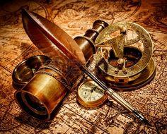 Weinlese Lupe, Kompass, Gans Feder, Fernglas liegt auf einer alten Karte.