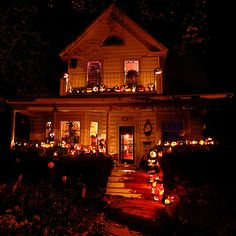 Autumn, pumpkins, ghosts and leaves. Everything fall and Halloween! Retro Halloween, Spooky Halloween, Spooky Scary, Spirit Halloween, Holidays Halloween, Halloween Party, Halloween Decorations, Halloween 2018, Halloween Costumes