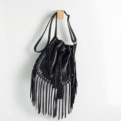 BPF 0095 bolsa p tipo saquinho em couro floatter com aplicação de rebites na frente. possui franjas de nozinhos. alt: 25cm. larg: 22cm. prof: 5cm. #coloridoviamia