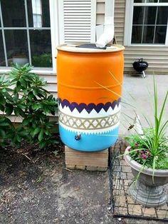 Ofta står den bara där som en skamfläck i trädgården, i värsta fall är den dessutom skrikigt blå. Här är 14 fina idéer på hur du förvandlar din vattentunna till en snygg detalj som tål att tittas på!
