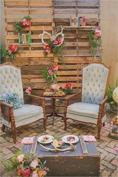 Lounge para bodas vintage con una temática rústica. El baúl como mesa es absolutamente encantador. Fotografia de bodas: Jessica Bordner Photography en The Rockstar Kitchen.