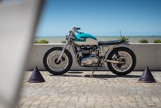 California Dreaming: A brat style Triumph Bonneville by FCR Original. Cafe Racer Helmet, Cafe Racer Girl, Cafe Racer Bikes, Cafe Racer Motorcycle, Motorcycle Tips, Triumph Bonneville, Triumph Motorcycles, Custom Motorcycles, Custom Baggers