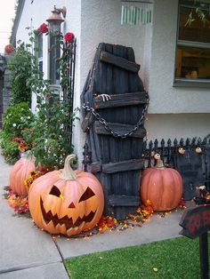 I've compiled Over 30 of the MOST PINNED DIY Halloween Decorations to share with you today! These great Halloween ideas are easy to make and ensure you wil Porche Halloween, Casa Halloween, Theme Halloween, Halloween Coffin, Looks Halloween, Halloween Kostüm, Holidays Halloween, Halloween Pallet, Pallet Halloween Decorations