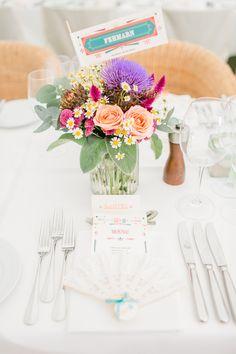 Tischdekoration Hochzeit bunt mit Sommerblumen und multikulturell - Bunte kolumbianisch-deutsche Hochzeit | Hochzeitsblog The Little Wedding Corner