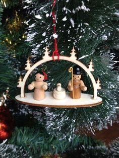 Gosta de presépios? Então você tem que conhecer essa opção: artesanal, feita em madeira, simples, compacto e seguro para casas com crianças pequenas!  Gostou? Nós temos! Acesse  http://www.mrbernard.com.br/  #xmas #happymas #lardocelar #decoração #festas #celebration #fimdeano #hollidays #happyhollidays #Natal #dezembro #férias #love #santa_claus #papai_noel #estilizados #office #magia #sweet #festabonita #mesaposta #homedecor #Alemanha #presepio #pingente #mrbernard_gift