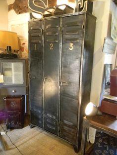 Restauration vestiaire métallique Industrial Loft, Vintage Industrial, Vintage Lockers, Office Cabinets, Home Staging, Bed Design, Filing Cabinet, Shelving, Locker Storage