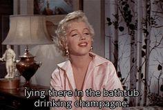 deitado na banheira bebendo champanhe