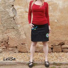 Riflová sukně tmavě modrá s kapsou na zapínání, ručně potahovaný knoflík a aplikace v barvě růžová, zelená a tyrkysová.