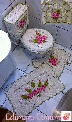 Jogo de tapete para banheiro em crochê.