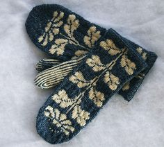 Amazing vintage-y looking mittens, lovely color! Ravelry: Katie's Mittens pattern by Kristin Lamm. Mittens Pattern, Knit Mittens, Knitted Gloves, Fingerless Mittens, Knitting Charts, Knitting Patterns, Sock Knitting, Knitting Machine, Groomsmen