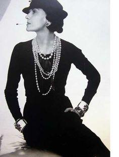 Coco en petite robe noire - elle aurait dit : « De qui portez vous le deuil mademoiselle ? Demande Paul Poiret à Chanel. « Mais de vous, monsieur » lui répond-elle.
