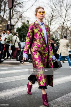 A guest is seen in the streets of Paris after the Christian Dior show during Paris Fashion Week Womenswear Fall/Winter on March 3 2017 in. *** ☼ 写真 ஜℓvஜ ✨❁⊰ ~♥~ TH Apr 2018 ~♥~ ⊱⛩☮️☸️ॐ⛩✨❁↠ ஜℓvஜ ☼ Plaid Fashion, Tomboy Fashion, Fashion Outfits, Fashion Trends, Crazy Fashion, Style Fashion, Looks Street Style, Looks Style, Cool Girl Style