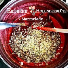 Die Erdbeeren sind reif und der Holunder blüht  Da mach ich doch direkt Marmelade draus  Wichtig erst die Erdbeeren kochen und vor dem Abfüllen dann die Holunderblüten hinzufügen. Das ganze sieht dann aus wie Glitzernagellack  und das schmeckt... Ich hab jetzt nur 1.5kg Erdbeeren mit 3:1 Zucker von @suedzucker_karriere verarbeitet. Aber ich denke da muss ich noch mehr machen  #omnomnom #food #foodie #yummy #foodporn #cooking #homemade #essen #feedfeed #realfood #awesome #instagood…