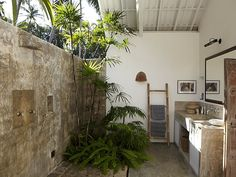 Villas in Sri Lanka: Colonial style Bubble Bath Homemade, Bali Decor, Concrete Interiors, Outdoor Bathrooms, Bathroom Spa, Luxury Holidays, Tropical Houses, Bath Design, Luxury Homes