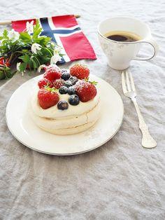 Nummer Tjueåtte: 17.mai 17. Mai, Norwegian Food, Norwegian Recipes, Norway National Day, Cake Recipes, Dessert Recipes, Constitution Day, Scandinavian Food, Public Holidays
