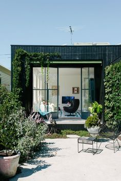 via the Design Files. Love the weeping foliage framing the windows/doors to the outdoor space. Outdoor Spaces, Indoor Outdoor, Outdoor Living, Exterior Design, Interior And Exterior, Black Exterior, Melbourne House, Garden Studio, The Design Files